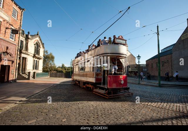 Oldtimer Straßenbahn mit Passagieren im Museum unter freiem Himmel. Stockbild