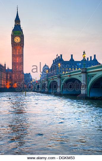 Big Ben und Westminster Bridge während des Sonnenuntergangs ein Winter. Stockbild