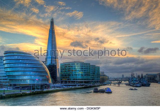 Blick auf die Scherbe mit Rathaus und HMS Belfast von der Tower Bridge. Stockbild