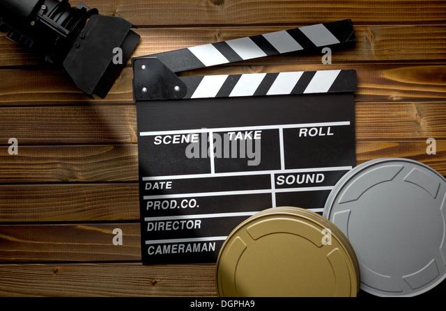 Draufsicht der Klappe mit Film Licht und Film Rollen auf Holztisch Stockbild