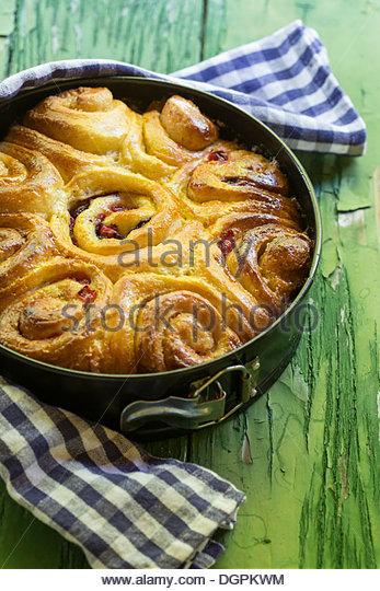Deutschland, Bayern, Hefekuchen mit Zimt-Zucker und Beeren auf Holztisch, Nahaufnahme Stockbild