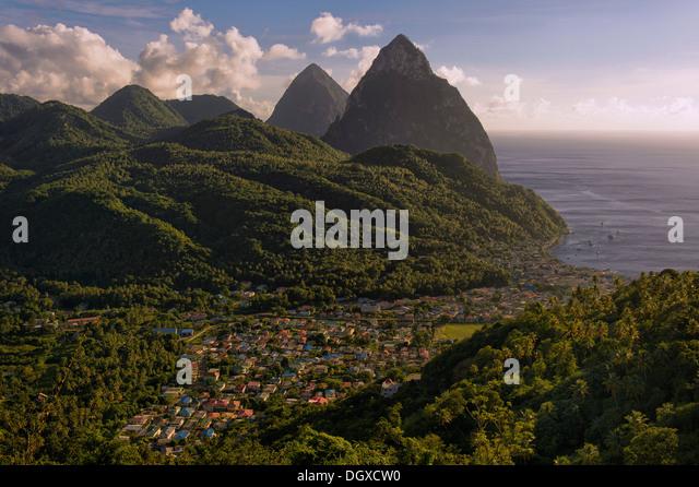 Gros Piton und Petit Piton, vulkanischen Kerne, vor dem Dorf von Soufrière, Soufrière, Pitons-Schutzgebiet, Stockbild