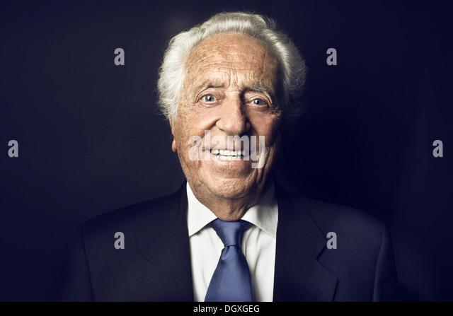 Lächelnd alten Mann auf einem schwarzen Hintergrund Stockbild
