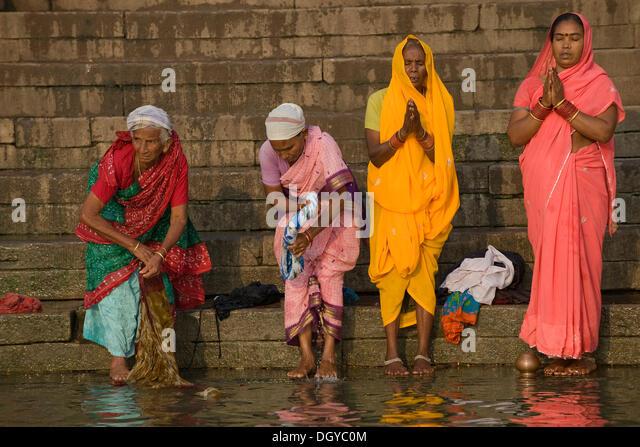 Frauen auf dem hinduistischen Morgengebet Puja, Fluss Ganges, Varanasi, Uttar Pradesh, Indien, Asien Stockbild