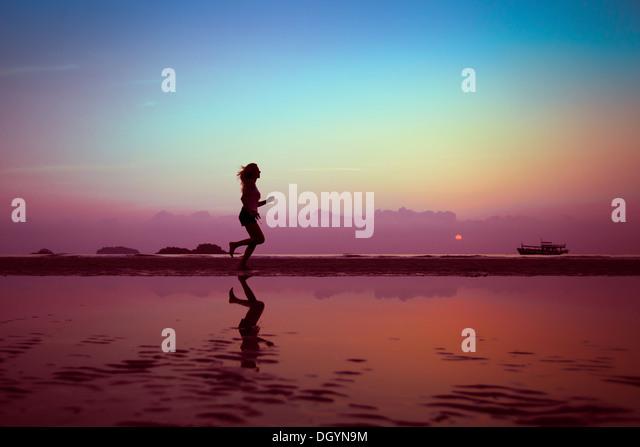 Wellness oder Sport Hintergrund, Frauen-Silhouette am Strand Stockbild