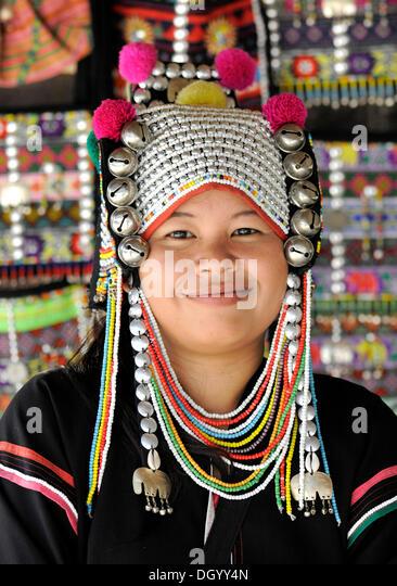 Frau des Stammes Akha Hügel trägt einen traditionellen Kopfschmuck, Chiang Rai, Thailand, Asien Stockbild
