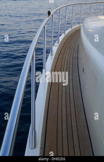 Geländer, Hauptdeck mit Teakholz beplankt, Leonardo II, ein Kreuzer, gebaut von Azimut, Bootstyp: Leonardo Stockbild