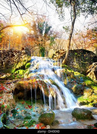 Herbst Wasserfall in den Bergen der Krim Stockbild