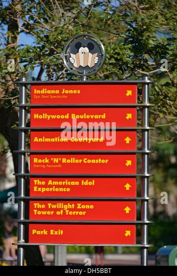 Melden Sie mit Richtungen verschiedene Attraktionen im Hollywood Studios, Disney World Resort, Orlando Florida Stockbild