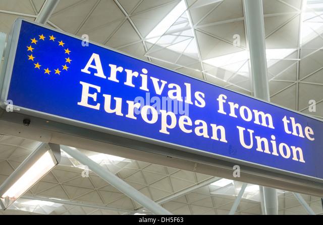 Ankünfte aus der Europäischen Union unterzeichnen an der Ausfahrt zum Flughafen Stansted, England, UK Stockbild