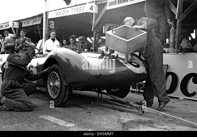 Pat Griffiths und Peter Collins Aston Martin DB3S, arbeitet man von David Brown Team Autos in den Gruben in Goodwood, Stockbild