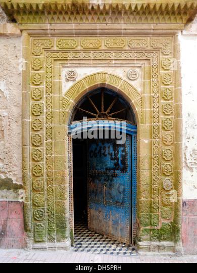 Eingang mit aufwendigen Schnitzereien und eine blaue Tür öffnen, Marokko, Afrika Stockbild