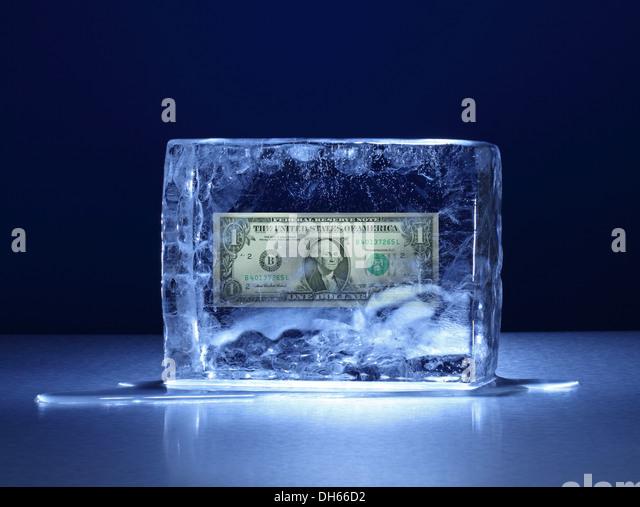Ein US-Dollar-Banknote in einem klaren Eisblock eingefroren Stockbild