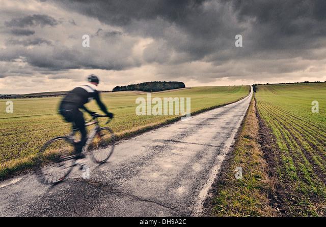 Einsame Radfahrer in UK Landschaft Stockbild