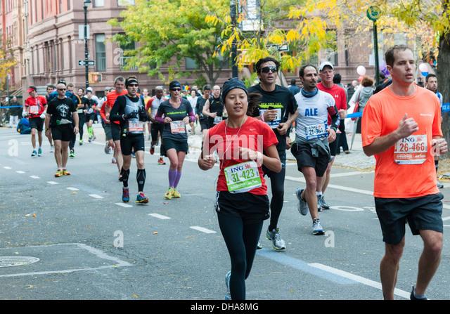 Läufer passieren Harlem in New York in der Nähe von 22 Meilen-Marke in der Nähe von Mount Morris Stockbild