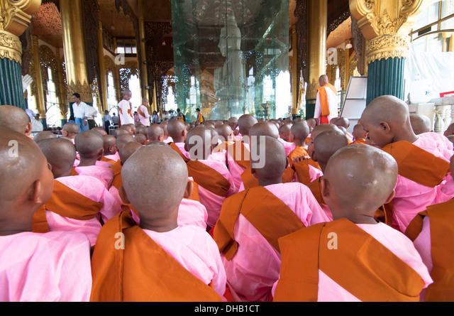 Ein Meer von geballt Köpfe. junge buddhistische Nonnen in einer religiösen Versammlung von weißem Stockbild
