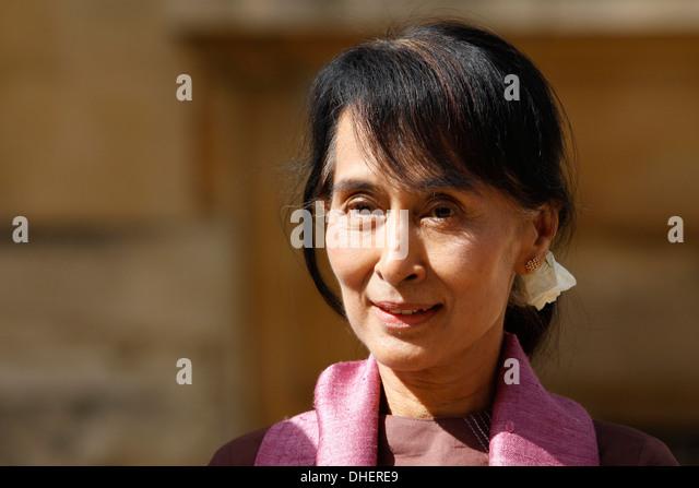 Myanmar-Demokratie-Symbol Aung San Suu Kyi kommt nach Oxford University in Oxford, England, 19. Juni 2012. Die Myanmar Stockbild