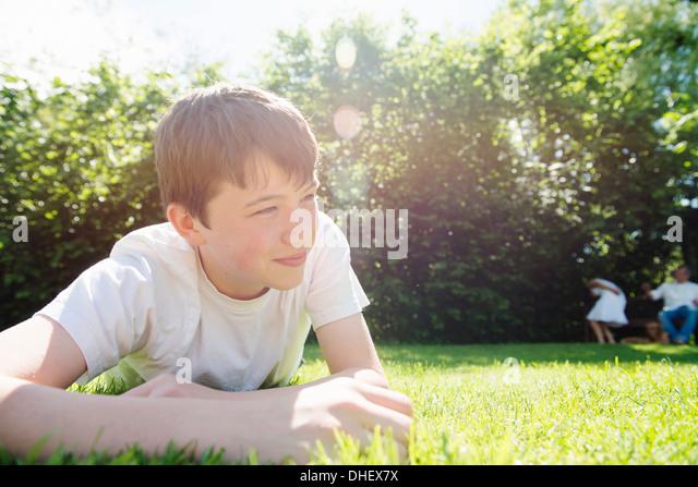 Porträt von Teenager liegen auf dem Rasen, wegschauen Stockbild