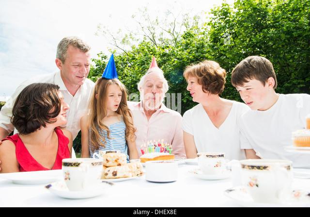 Familie feiern Großvaters Geburtstag Stockbild