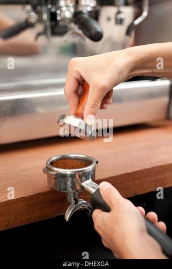 Zubereitung von Kaffee Barista Stockbild