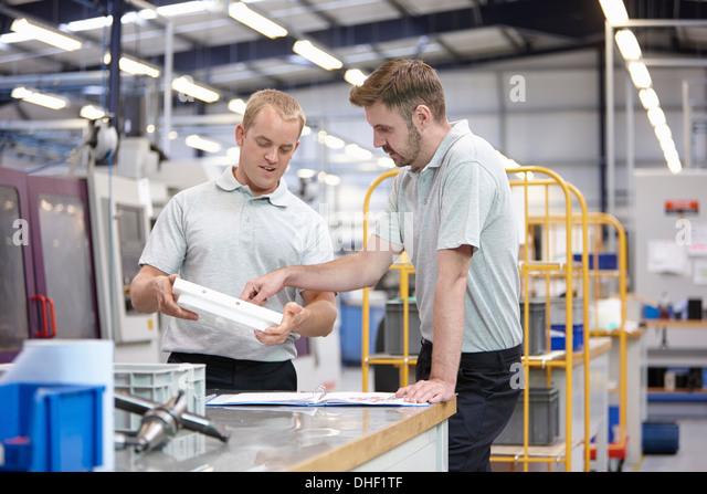 Arbeitnehmer, die Diskussion über Komponente in engineering Fabrik Stockbild