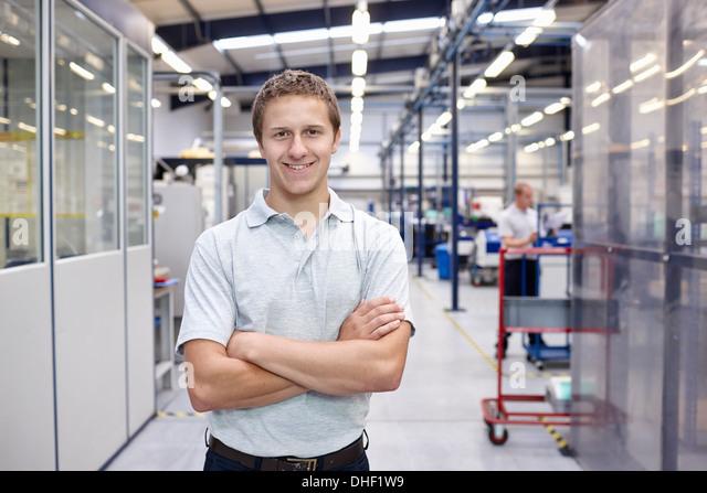Porträt des Arbeitnehmers mit in engineering Fabrik verschränkten Armen Stockbild