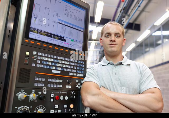 Porträt von Ingenieur und Bedienfeld in engineering Fabrik Stockbild