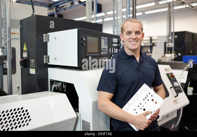 Porträt von Ingenieur mit Komponente in engineering Fabrik Stockbild