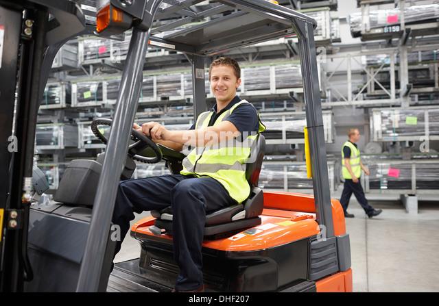 Gabelstapler-LKW-Fahrer im engineering warehouse Stockbild