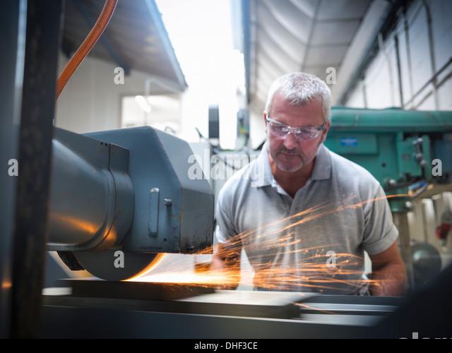 Ingenieur mit Mahlwerk in Fabrik Stockbild