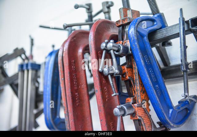Sortierte Stahlschellen in engineering Fabrik Stockbild