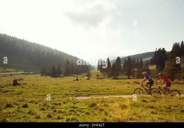 Mann und Frau Mountainbike-Touren, Steiermark, Österreich Stockbild
