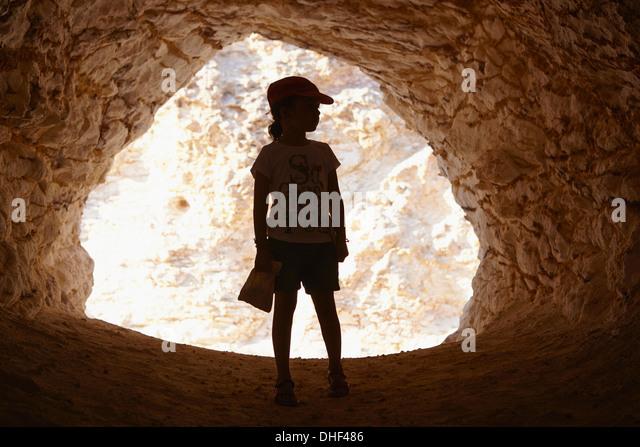 Mädchen stehen im Eingang der Höhle, Cabo de Gata, Almeria, Spanien Stockbild