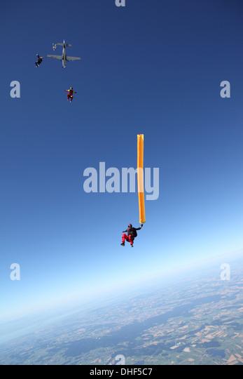 Fallschirmspringer frei fallen mit Luftschlauch über Leutkirch, Bayern, Deutschland Stockbild