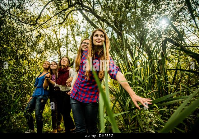 Fünf junge Frauen Marschland erkunden Stockbild