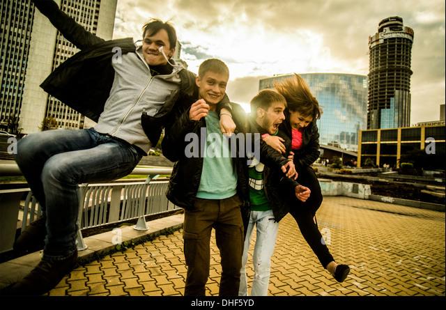 Vier Freunde, die Spaß in städtischen Scnee, Russland Stockbild