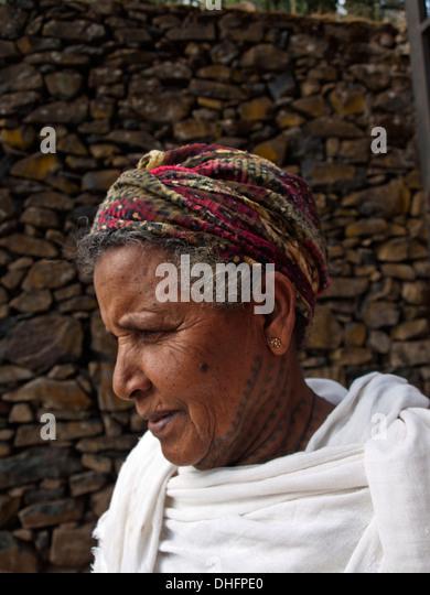 Äthiopische Frau mit traditionellen Hals tattoo Stockbild