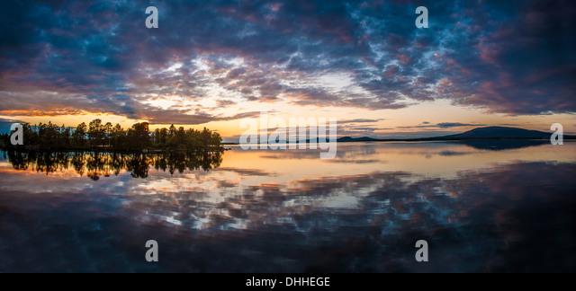 Reflexion auf See an der Dämmerung, Arjeplog, Lappland, Schweden Stockbild