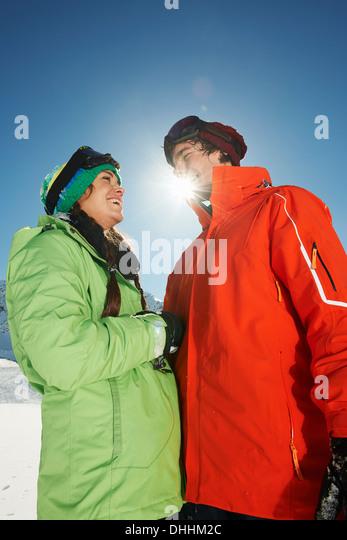 Paar tragen Skibekleidung, niedrigen Winkel, Kühtai, Österreich Stockbild
