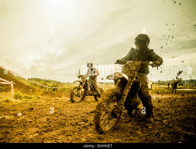 Zwei jungen Rennmaschinen im motocross Stockbild