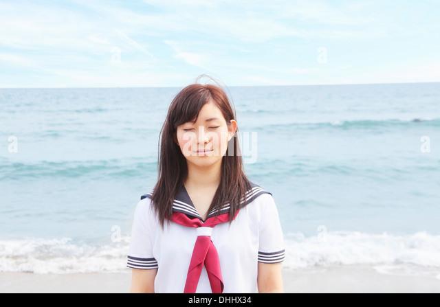 Junge Frau am Strand mit geschlossenen Augen Stockbild
