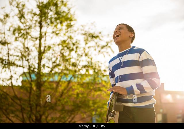Junge mit skateboard Stockbild