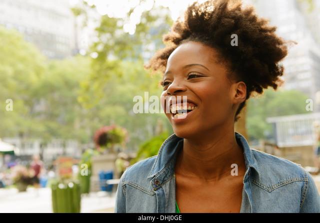 Nahaufnahme von Frau mit breiten toothy Lächeln Stockbild