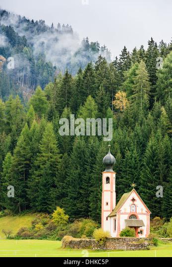 St. Johann (San Giovanni in italienischer Sprache) Kapelle in Val di Funes in den Dolomiten in Norditalien Stockbild