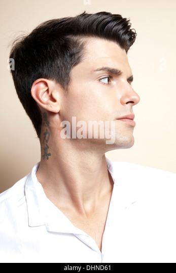 Mann mit Tattoo am Hals Stockbild