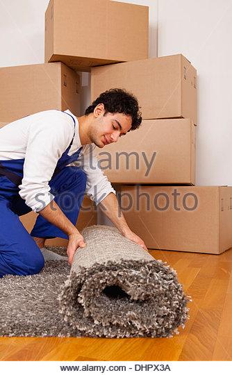 junger Mann neue Heimat übergesiedelt, rollende Teppich Stockbild
