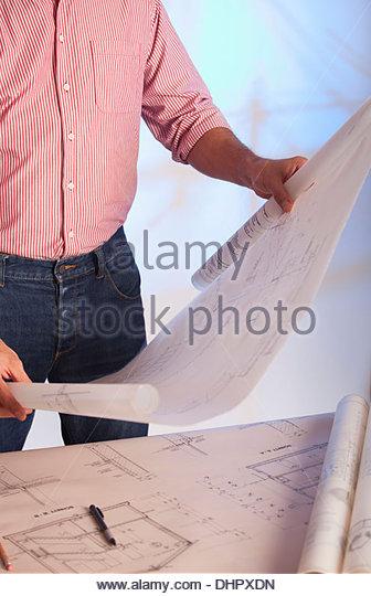 Architekt hält Blaupause Bauzeichnungen Stockbild