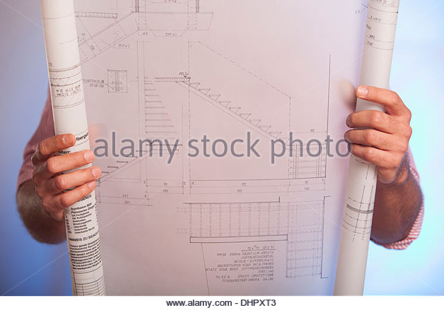 Mann hält Zeichnung Architekturplan Blaupause Stockbild