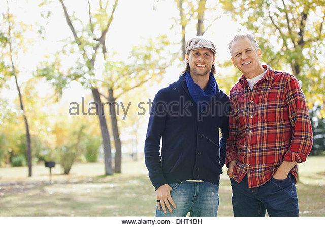 Porträt von glücklich Mitte erwachsener Mann mit Vater im Park im Herbst Stockbild