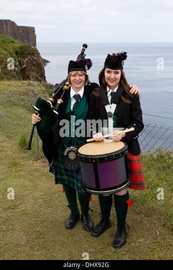 Zwei junge Mädchen mit Dudelsack und Trommel an der Kilt Rock Isle Of Skye UK Stockbild